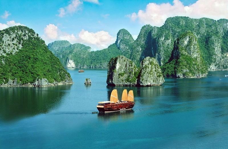 Фото вьетнамской джонки в бухте Халонг