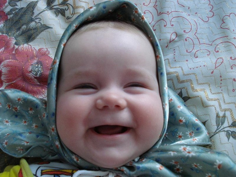 Улыбающийся малыш на фото