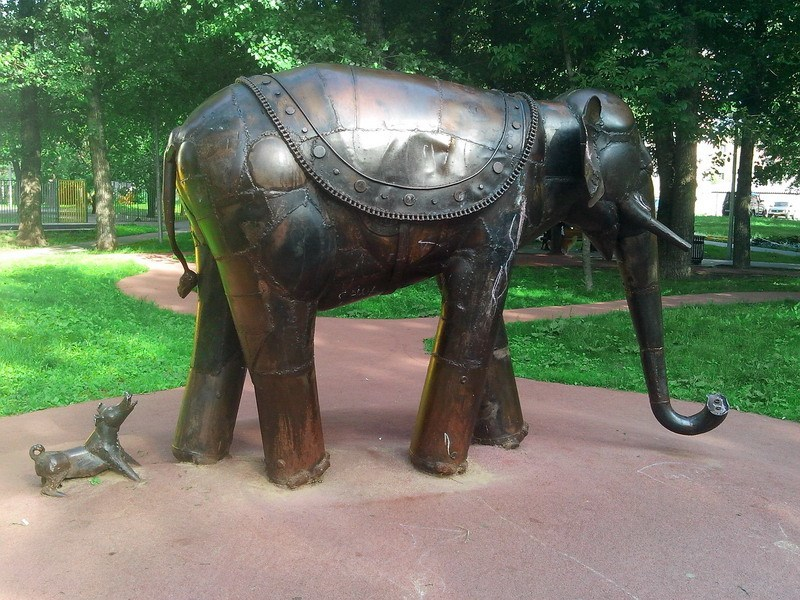 Моська лает на Слона