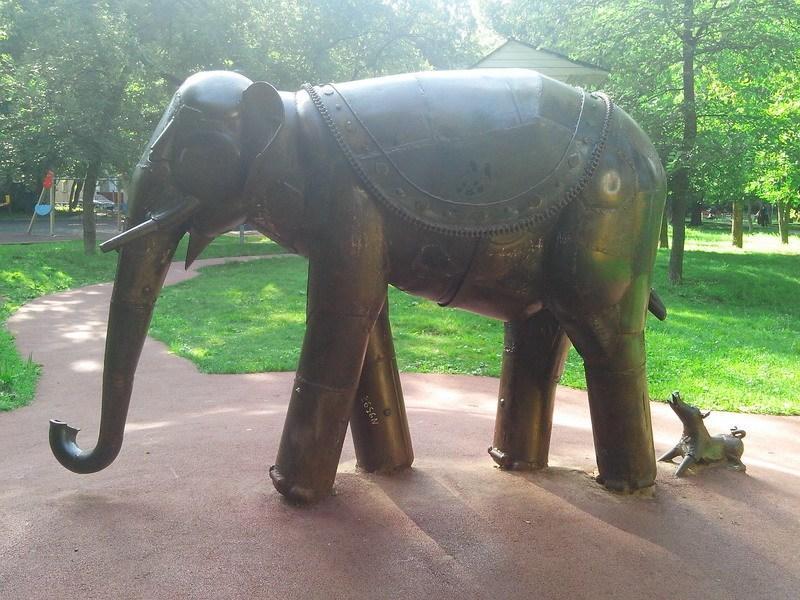 скульптура-Слон и Моська