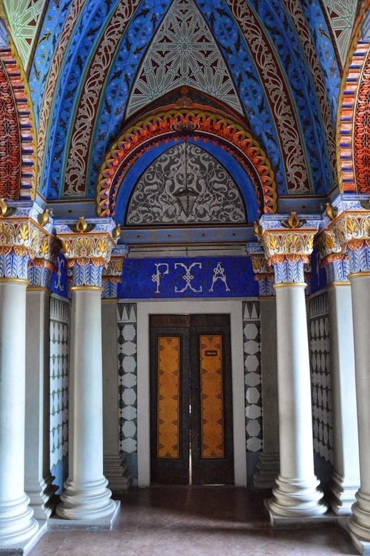 арки в восточном стиле тосканского замка Саммеццано