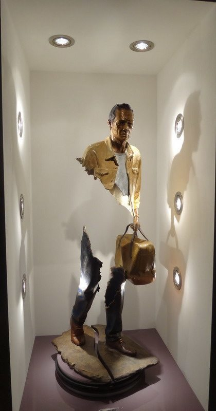 необычная скульптура Каталано в зале музея