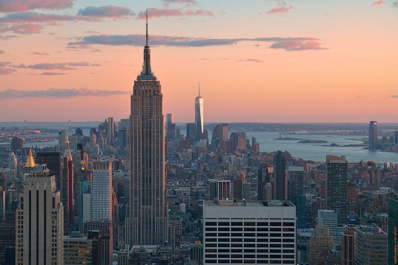 закат на фоне небоскребов Нью-Йорка
