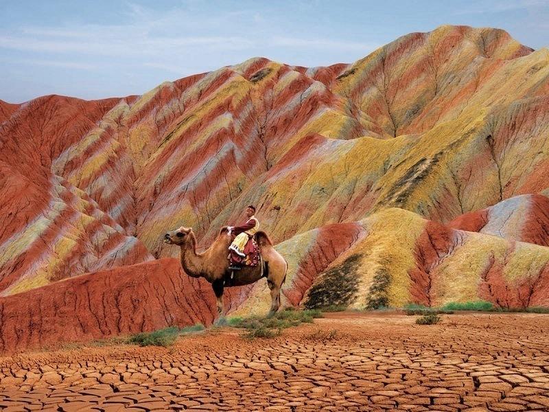 фото на фоне разноцветных скал Чжанъе Данься