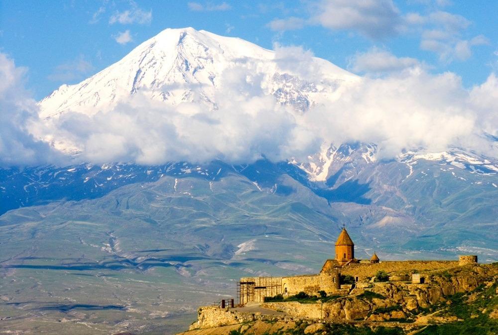 фото монастырь Хор Вирап на фоне Арарата