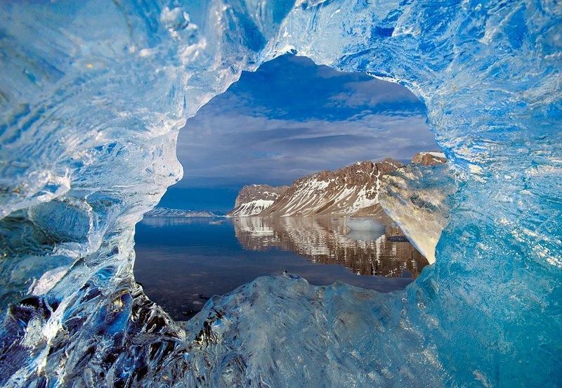 фото архипелаг Шпицберген-окно в леднике