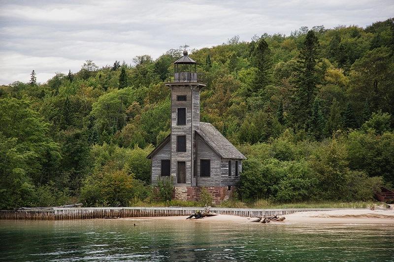 фото старый маяк на озере в США летом